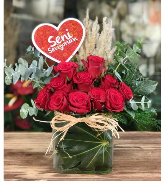 Kare vazoda kırmızı güller